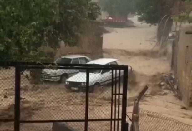 Urfa'da Sel Araçları Sürükledi
